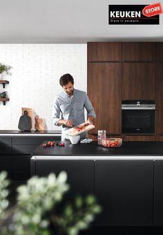De zwarte keuken is anno 2021 heel populair. Begrijpelijk want zwart is chique, stoer, maar ook modern en industrieel! Kies voor een volledig zwarte keuken, inclusief keukenblad, of maak een mooie combi met bv. hout. Keuze te over! #zwartekeuken #industrielekeuken #modernekeuken #2021 #exlusievekeuken #keuken #keukeninspiratie #luxekeuken #populairekeuken #interieurinspiratie #wooninspiratie #stijlvollekeuken #stoerekeuken #keukenstore Budget, Modern, Style, Lush, Swag, Trendy Tree, Budgeting, Outfits