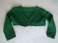 Chaqueta corta de lana verde para niña. Hecha por María Landín.