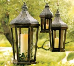 déco de jardin en lanternes suspendues en métal patiné décorées de lierre