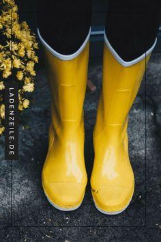 Gelbe Gummistiefel & Segelstiefel für Damen - #alltag #Damen #für #Gelbe #Gummistiefel #Segelstiefel Rubber Shoes Outfit Casual, Rubber Shoes For Women, Plastic Boots, Wellies Rain Boots, Rainy Day Fashion, Outfits Damen, Rubber Rain Boots, Ankle, Harry Potter