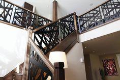 Escadas e guada-corpo tem uma função prática de locomoção, segurança e ao mesmo tempo decorativas possibilitando a beleza e harmonização do ambiente. Modern Stair Railing, Modern Stairs, Decorative Screen Panels, Balcony Grill, Metal Design, House Stairs, New Room, Architecture, Showroom