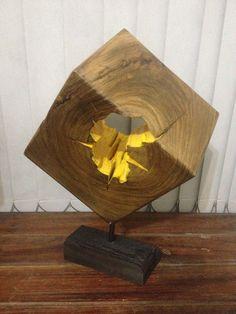 Cubo de madeira medindo 22x 22 x 22 cms e peso aprox: 9 kgs com pé de madeira.