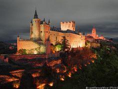 SEGOVIA De stad en kasteel zijn gebouwd op een driehoekige bergtop aan de samenstroming van de Eresma en de Clamores. De bouwwerken werden verder gebouwd in de 11de eeuw onder koning Alfonso VI op een plaats waar al een houten constructie stond. Het kasteel kreeg minstens twintig verbouwingen. Een van de verbouwingen was onder leiding van Francisco De Mora. tijdens de 19de eeuw werd het gerestaureerd na een brand en voltooid in 1890.