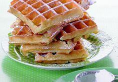 Waffeln passen zum Frühstück, sowie als Nachspeise und sind einfach und schnell gemacht! Ein Rezept für Naschkatzen und alle, die Waffeln lieben! Sweet Recipes, Cake Recipes, Cupcakes, Dessert, Cakes And More, Waffles, Breakfast, Food, Burritos
