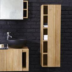 une colonne élégante en bois et un vasque noir dans la salle de bains sombre
