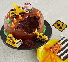 Construction Site Cake, Cute. @Christi Spadoni Grim cool easy cake for the boys!