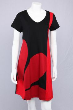 Sort A-kjole med med rødt blomster-motiv.