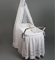 Cuna Gurdi Intentamos cuidar al máximo el detalle, para la primera camita de tu bebe. Irulea Moda infantil y lencería femenina. #irulea #donostia #sansebastian #princesscharlotte #newroyalbaby #bayfashion #modainfantil #Modaniña #lenceria #ropaniños #princesacarlota #ropaverano #cunas #Berceaux #cribs