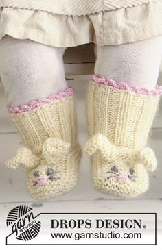 """Free Pattern Bunny Toes by DROPS Design DROPS Easter bunny booties in """"Baby Merino"""" and """"Kid-Silk""""."""