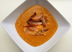 Hrách propláchneme a namočíme přes noc. Vodu slijeme (tím se zbavíme části nadýmavých látek) a nalijeme čerstvou. Uvaříme do měkka. V hluboké panvi necháme na troše oleje rozvonět lžíci curry pasty (j Tempeh, Vegan Recipes, Vegan Food, Thai Red Curry, Fruit, Ethnic Recipes, Soups, Vegan Sos Free, The Fruit