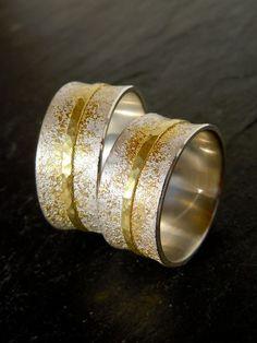 Handgeschmiedete Eheringe mit Gold Stardust