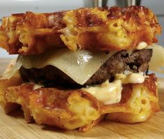 (Veganize it?) Waffle Mac and Cheese burgers. they sound and look delicious! Waffle Iron Recipes, Burger Recipes, Beef Recipes, Cooking Recipes, Crazy Burger, My Burger, Mac And Cheese Burger, Mac Cheese, Good Food