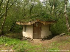 A cob roundhouse it's the composting toilet at Treborough Woodland, a 56 acre woodland with a waterfall & spring in Somerset, England Cob House Interior, Cob House Plans, Glamping, Cob Building, Earthship Home, Tadelakt, Natural Homes, Gnome House, Unusual Homes