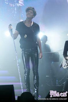 Lee Min Ho during RE:MINHO tour in Beijing -- ooh, leather skinny pants :) Lee Min Ho, Minho, Beijing, Song Seung Heon, Hot Asian Men, Hommes Sexy, Boys Over Flowers, Skin Tight, K Idols