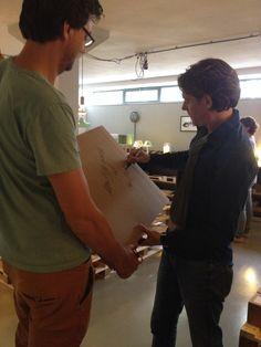 Ontwerper Marc van der Voorn (rechts) signeert verkopen tijdens de Gimmii Dutch Design Days. Links Gimmii's Wilfred Stegeman. Lees voor meer over deze en andere ontwerper meet & greets