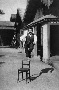 Auguste pose volontiers pour son frère afin de vanter la qualité de leurs plaques photographiques.