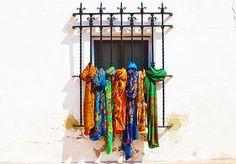 Ya puedes visitarnos en www.julunggul.com y por cada compra te haremos UN REGALO Venta POR MSYOR y POR MENOR Moda y complementos de seda: fulares de seda, pañuelos, chales, vestidos
