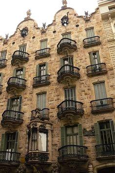 La Casa Calvet fue creada por Gaudí y hoy en día es un famosísimo restaurante.  Es un lugar único y exclusivo el cual combina el arte culinario y la belleza de las obras de Gaudí.