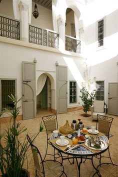 Protect bottom of white stucco walls from dirt etc with tile Riad Ariha - Marrakech - Morocco