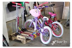 Scooter and Bike Rack from a pallet. I need a pallet! a few peices of wood. I NEED a bike rack for all these bikes/scooters Pallet Bike Racks, Bicycle Rack, Recycled Pallet Furniture, Palette Diy, Garage Organization, Organization Ideas, Organization Station, Household Organization, Bee Crafts