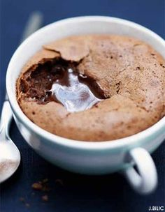 Amazing soft little chocolate-cake in a cup - Recipe Elle Eten My Favorite Food, Favorite Recipes, Cake Recipes, Dessert Recipes, Dessert Decoration, Chocolate Desserts, Chocolate Cake, Chocolate Bomb, Melted Chocolate