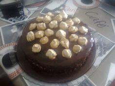 Bolo de chocolate, recheio de chantily e suspiro :D made by me