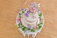 Sweet Pea wedding cake.  http://www.lovemydress.net/blog/2013/11/grace-kelly-inspired-bride-sweet-pea-wedding-flowers.html