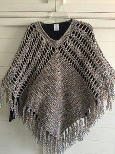 Inspiration - no pattern Crochet Ruffle Scarf, Crochet Cape, Crochet Poncho Patterns, Knit Or Crochet, Crochet Scarves, Crochet Shawl, Crochet Crafts, Knitting Patterns, Crochet Classes
