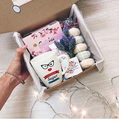 Christmas gift box w macarons Mother's Day Gift Baskets, Themed Gift Baskets, Christmas Gift Baskets, Cute Christmas Gifts, Pioneer Gifts, Cute Birthday Gift, Diy Gift Box, Bff Gifts, Gift Boxes For Women
