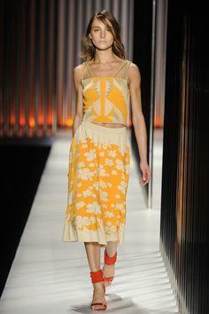Blusa com estampa geométrica de tricô amarelo e bege e saia midi com estampa de flores de tricô da GIG Couture. MTP | Verão 2015 Fotos: Agência Fotosite