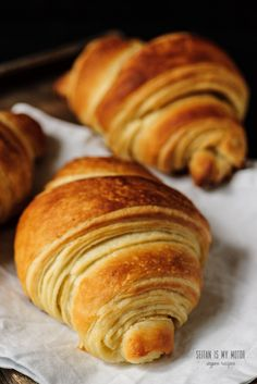 The Ultimate Vegan Croissant. {Part One – Tips and Tricks (English) Croissants made with coconut oil are possible if keep a couple of tricks in mind. Here's what I've learned to make the ultimate vegan croissant. Croissant Vegan, Scones Vegan, Vegan Pastries, Vegan Bread, Dairy Free Croissant Recipe, Vegan Butter, Vegan Breakfast Recipes, Vegan Recipes, Cooking Recipes