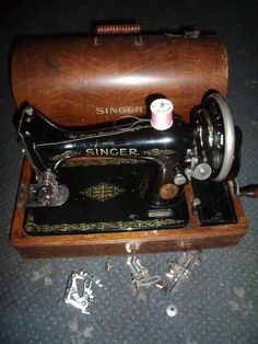 ANTIQUE VINTAGE SINGER SEWING MACHINE & CASE - HAND OPERATED