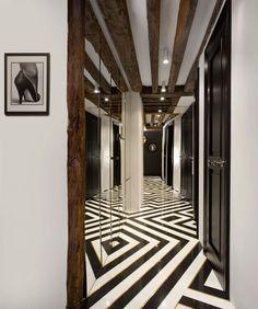 we do design.pl - Lifestyle Interior Design : Paris St Honore black and white floor, black , white, brass, gold, entry hall, mirror on the wall, noir et blanc avec laiton, noir, blanc, laiton, biało czarna podloga, mosiądz, pattern, wzor podłogi, Helmut Newton photo
