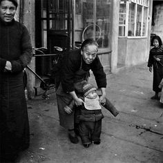 Shanghai in 1945 - Young and old photo by Walter Arrufat (1920-2007)