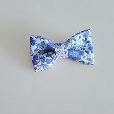 Barrette décorée d'un grand nœud papillon imprimé liberty d'Anjo bleu et monté sur une pince crocodile de 4,5 cm pour une bonne tenue sur tous types de cheveux.  Idéal pour - 18703357