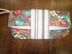 :>:>:>: PRONTA ENTREGA :<:<:<:  Linda Bolsa Carteira!!!!  Bolsa de mão com alça lateral, bem prática para o dia a dia. Confeccionada em tecido de lona por fora e forro em tecido 100% algodão. Bolsa bem estruturada com ótimo acabamento. Com fecho magnético. SUPER ESTILOSO !!!!!! R$30,00
