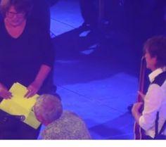 En plein concert, Paul McCartney aide un couple à se fiancer http://www.yellow-sub.fr/news/plein-concert-paul-mccartney-aide-couple-se-fiancer-29868