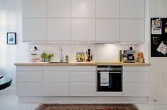Veja como é uma cozinha com decoração escandinava.  O primeiro ponto é o predomínio do branco e das cores claras. Isso porque, lembrem-se, eles vivem em um meio predominantemente cinza, escuro e frio quase o ano inteiro.  A aposta são nas cores claras, janelões e ambientes espaçosos. Assim, a pouca luz do dia pode se espalhar pela casinha. Plantas, e motivos da natureza nas paredes e acessórios, também são frequentes. No geral, as linhas dos móveis são retas  e o minimalismo impera.