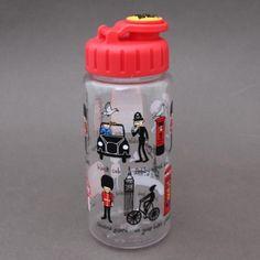 Gourde Londres Tyrrell Katz sans BPA enfant.  Gourde Londres garantie sans BPA. Système d'ouverture et fermeture facile à manipuler par un enfant 17 cm de haut et 6 cm de diamètre, contient 400 ml, le poids et la quantité idéale pour un enfant. Les enfants vont adorer pour le sport, les goûters, les promenades, etc. Jolie idée cadeau. http://www.lilooka.com/fr/accessoires-enfants-ecole-gourdes-sacs-boite-a-gouter/1314-gourde-londres-tyrrell-katz-sans-bpa-enfant.html