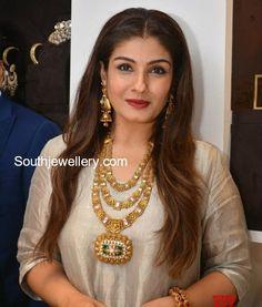 Raveena Tandon in a three step gold haram photo Real Gold Jewelry, Gold Wedding Jewelry, Gold Jewelry Simple, High Jewelry, Glass Jewelry, Jewelry Art, Antique Jewellery Designs, Indian Jewellery Design, Jewelry Design