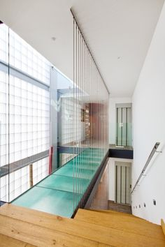 Image 7 of 26 from gallery of Family House in Barcelona / Ferrolan LAB. Photograph by Raimon Solà Casacuberta Glass Walkway, Glass Bridge, Residence Life, Piscina Interior, Interior Architecture, Interior Design, Interior Minimalista, Narrow House, Glass Floor
