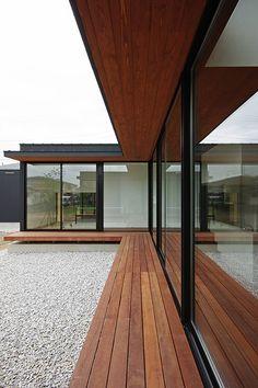 中庭: 空間建築-傳 一級建築士事務所が手掛けた家です。 Design Hotel, Modern Japanese Architecture, Japanese Style House, Flat Roof House, Small Space Interior Design, Home Building Design, Modern House Plans, Architect Design, Architecture Details