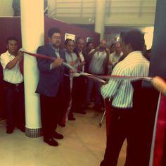 Cortando la cinta del CITE de confecciones junto al principal dirigente de la pequeña industria cochabambina.