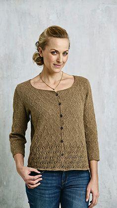 Fin og strikket feminin trøje med flot bladmønster over det hele. Trøjen, der har klædelig, vid halsudskæring og trekvartlange ærmer, lukkes med små knapper foran.