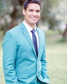 Fugir um pouco do tradicional pode ser uma ótima pedida para o traje do noivo. Que tal um terno azul claro?