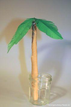 Für die Dekoration beim Geburtstag genauso geeignet wie als Bastelprojekt mit Kindern sind diese Palmen aus Papier.