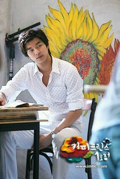 Gong Yoo - Coffee Prince and that amazing art wall I want to be kissed in front of just like in the drama. Sunflowers are so beautifully. Kdrama, Asian Actors, Korean Actors, Gong Yoo Coffee Prince, Jouer Au Basket, Goblin Korean Drama, Goong Yoo, Goblin Gong Yoo, Sung Joon