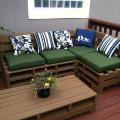 Numerous DIY pallet furniture projects are now waiting for you in which simple and excellent DIY pallet outdoor sofa is perfect for chaise-lounge. Pallet Seating, Pallet Bench, Wooden Pallet Furniture, Wood Sofa, Wooden Pallets, Pallet Tables, Sofa Bench, Painted Pallets, Crate Bench