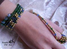 Draht Wickelarmband-Kette grün-blau-gold von Bastel-DW-Fee auf DaWanda.com Dieses Armband wurde in liebevoller Handarbeit hergestellt.  Zu jedem Outfit der passende Dreh! Das Armband kann auch als Kette getragen werden. Plastik Trend 2016: Durch die Plastik Perlen ist das Armband sehr leicht und kann somit mühelos gewickelt werden.  Verwendete Materialien :  -Aludraht -Metallic-Plastik Perlen -Rocailles Perlen