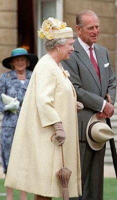 July The Queen And Prince Philip Chat To Guests At A Special Afternoon Tea Party At Buckingham Palace Held To Celebrate Their Golden Wedding Anniversary. (Photo by Tim Graham Pi Golden Wedding Anniversary, Elisabeth, Prince Philip, Buckingham Palace, Queen Elizabeth Ii, Afternoon Tea, Graham, Royals, Tea Party